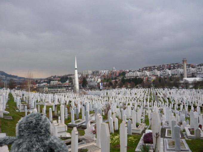 サラエボオリンピックの会場がそのまま墓地になっています。