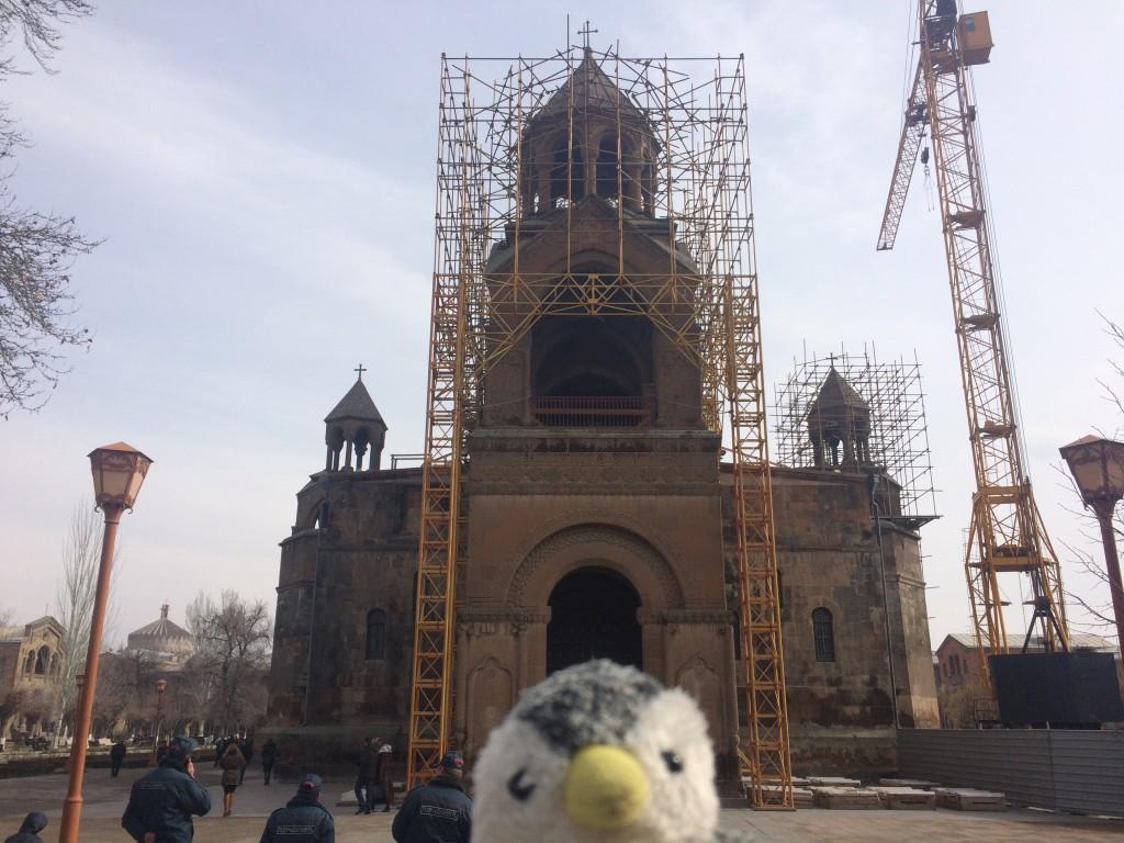 残念ながらエチミアジン修道院の外部は工事中であった…