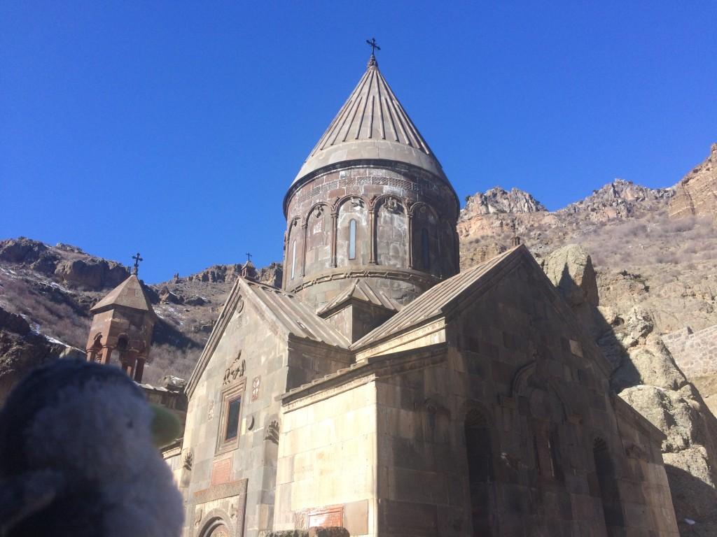 山に囲まれた奥地で岩壁をくり抜いて作られたゲハルド修道院