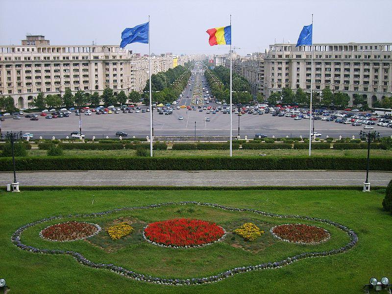 国民の館に延びるシャンゼリゼ通り!マイケルジャクソンはこの広場に集まった人たちに向かって「ハロー・ブダペスト」と叫んだ。ここブダペストじゃなくてブカレストだよ…。それと真ん中にあるのがルーマニアの国旗、これって日本のあの団体と同じ…