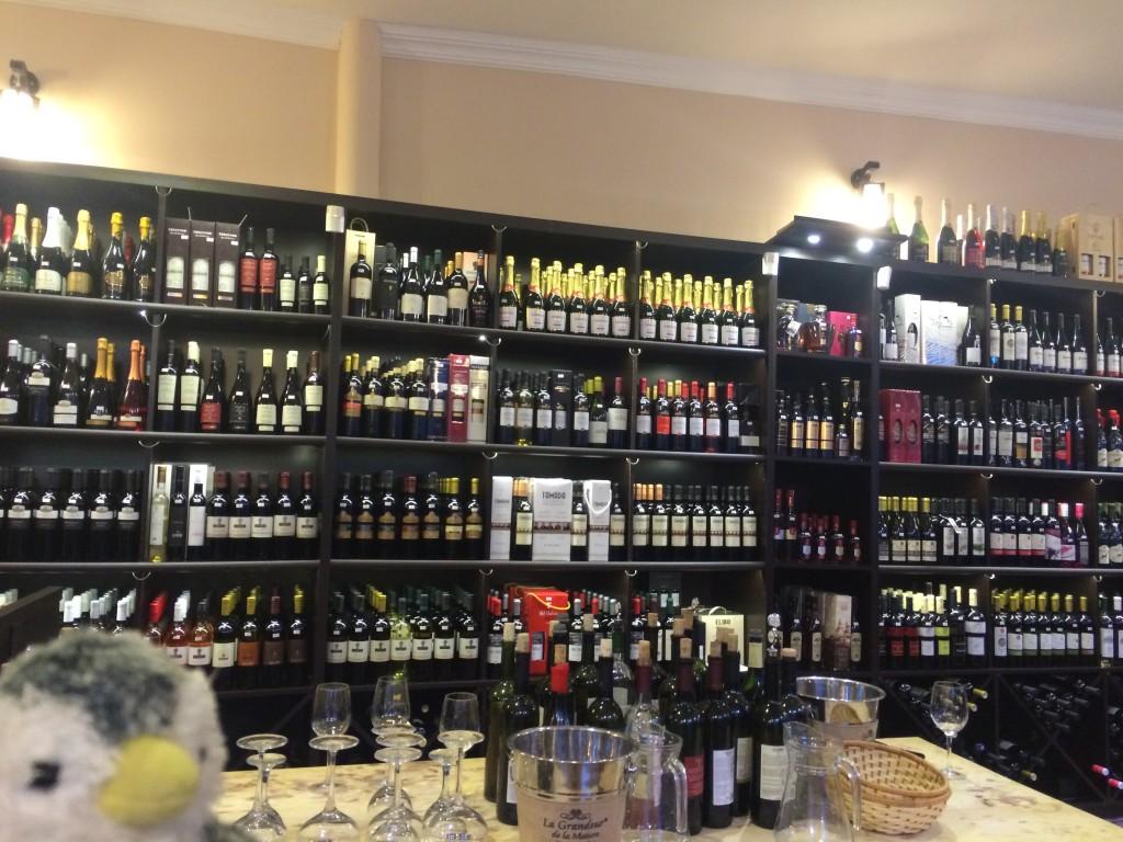 至る所にワインショップがある。試飲してベロベロに…。