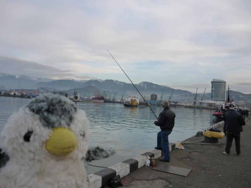 釣りをする人たち。でも全然釣れてない…。