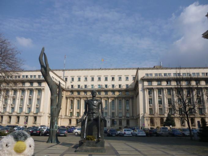 この建物の屋上からチャウシェスクはヘリコプターで逃げました。