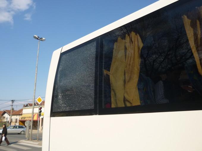 外側の窓はバリバリに割れてしまった。不幸にも私は一番後ろに座っていた…。