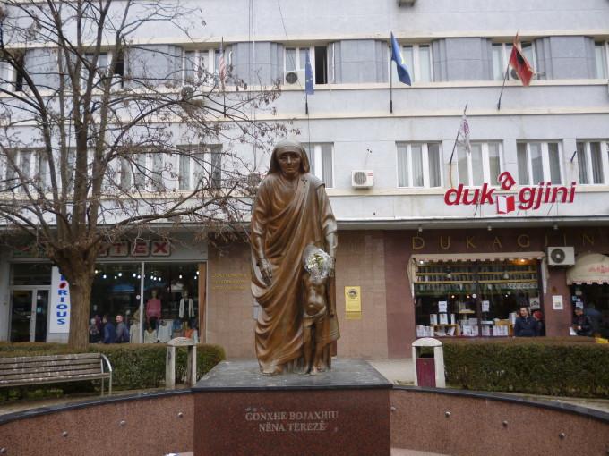 アルバニア人が住むコソボのマザー・テレアの銅像!