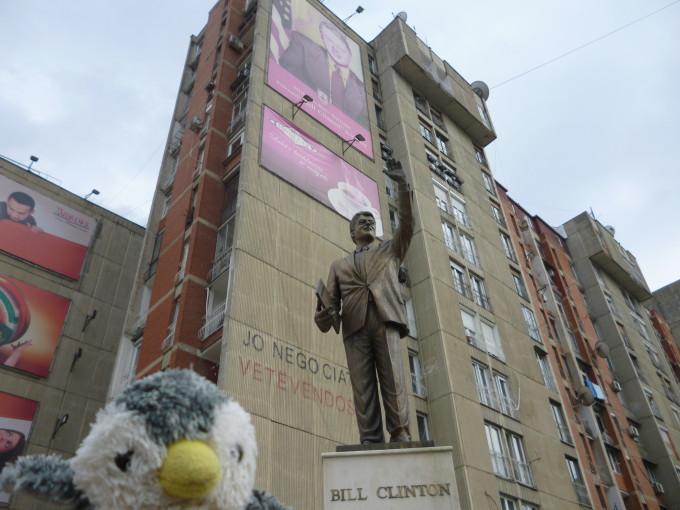 街中に突如現れるビル・クリントンの銅像!