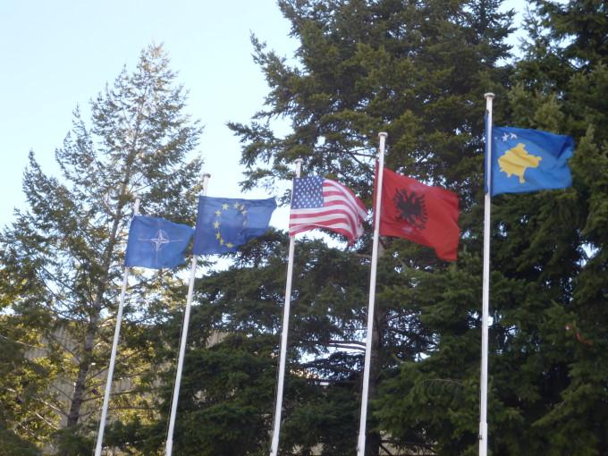 左からNATO、EU、アメリカ、アルバニア、コソボ