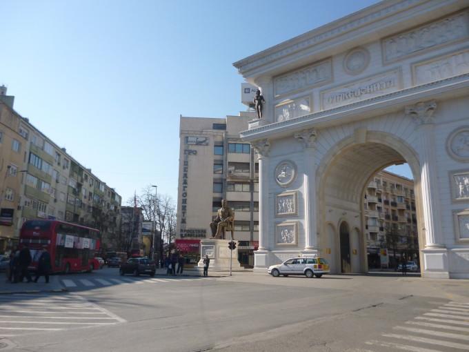 街中に突如と現れるパリの凱旋門!