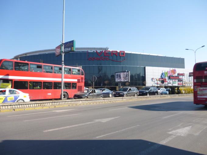 街中に突如と現れる巨大なスーパーマーケット!
