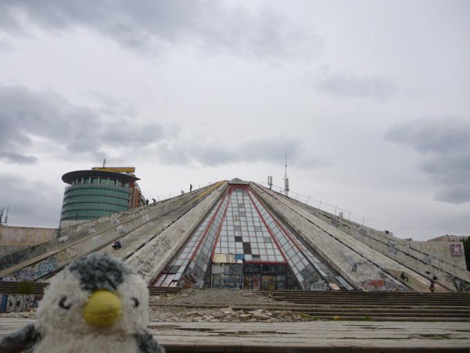 これは地元の人からピラミッドと呼ばれている。前にクラブとして使われていたが、今は廃墟…。