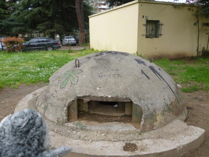 トーチカと呼ばれる防空壕が街中の至る所に!