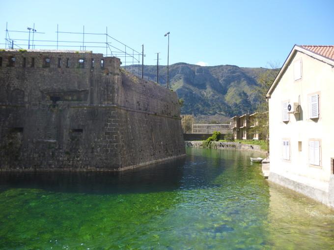 城壁を囲んでいる川も緑色です、なんて美しいんでしょう!