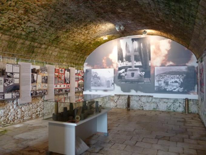 ドブロヴニクの後ろにそびえ立つ山の頂上に、歴史博物館はある!