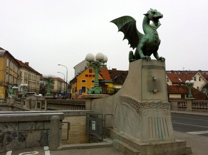 思ったよりもドラゴンの銅像は小さいです。しかし、住民の心の拠り所としてドラゴンはこの街になくてはならない存在です。