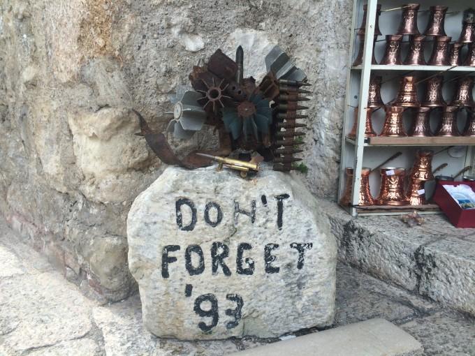 紛争が起きた「93年を忘れないで」と刻まれたモニュメント