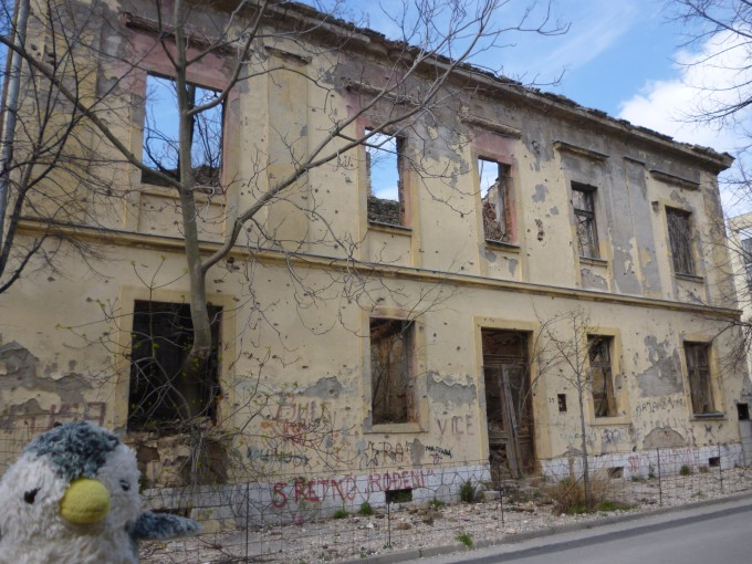 モルタルの街中では紛争の面影を見ることができます。