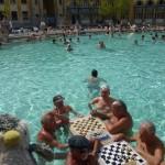 ハンガリー人は宇宙人!?温泉でチェスをする人たち!
