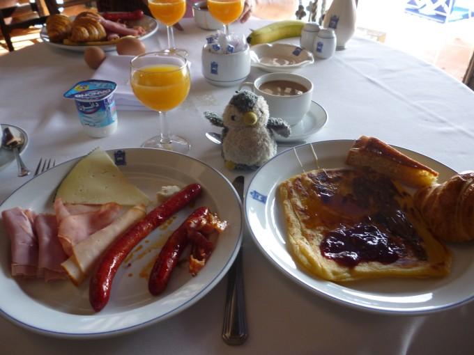 ホテルは大概朝食がついてるよ!