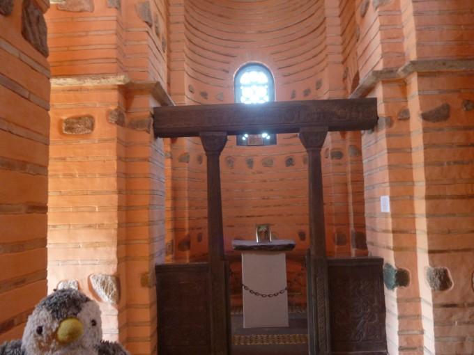 二階にはなぜか小さな教会があったよ!