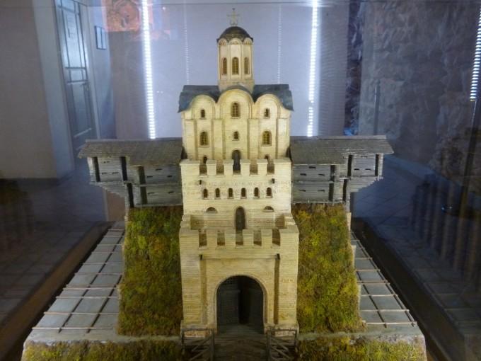 キエフ門の構造はこうなっているよ。もとあった黄金の門を丘に埋めて、その上にキエフ門が建てられているんだ!