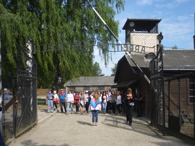 アウシュビッツ強制収容所の入り口には「働けば自由になれる」の文字が