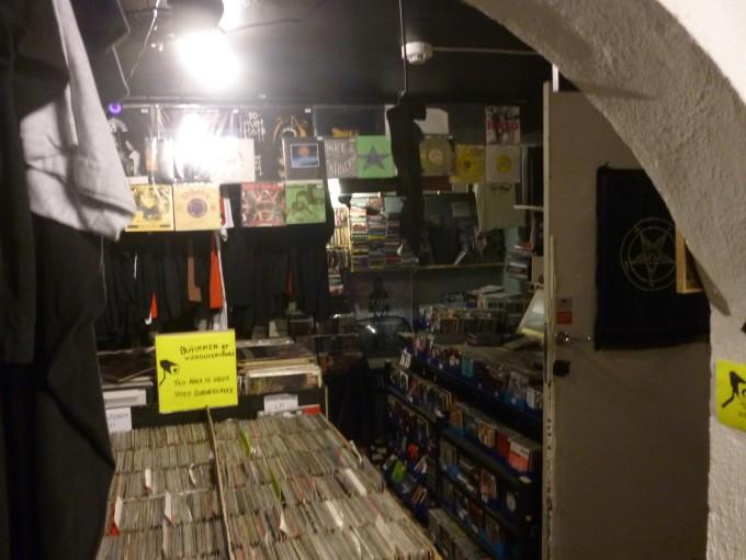 地下にもデモテープやレコードが売っているよ!すごい量!