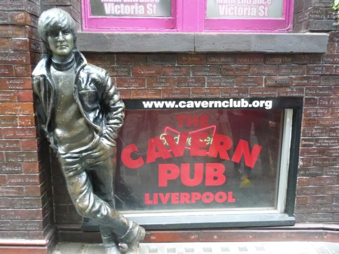 ビートルズメンバーの銅像はリバプールのそこら中にあるよ!