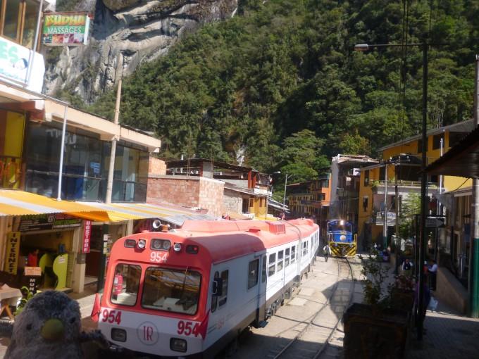 マチュピチュ村の真ん中には鉄道が走ってるなりよ!