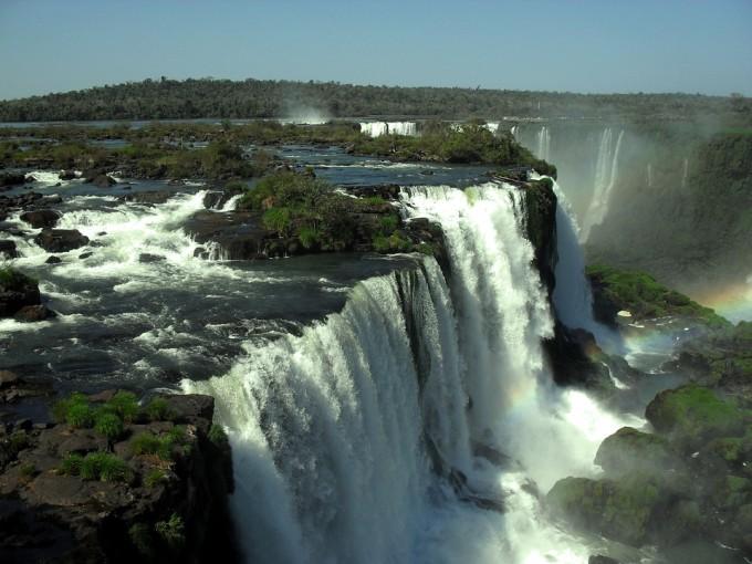 ブラジルからはイグアスの滝の全体を見れるなりよ!